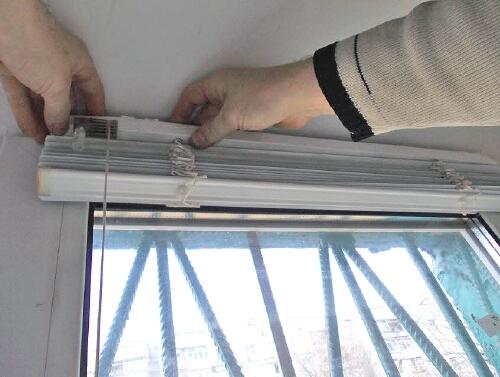 Повесить жалюзи на пластиковые окна своими руками
